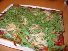 Pizza mit Rucola, Parmesan und Parmaschinken - Rezept