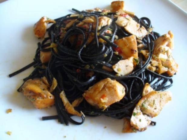 Frische schwarze Tagliatelle mit Chili und Lachs - Rezept