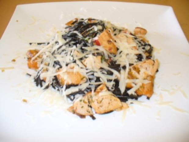 Frische schwarze Tagliatelle mit Chili und Lachs - Rezept - Bild Nr. 3