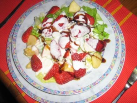 Kopfsalat mit Erdbeeren und Joghurtdressing - Rezept