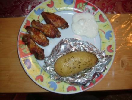 Chicken Wings mit Ofenkartoffeln und Blue-Cheese-Dip - Rezept