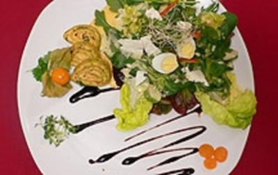 Basilikum-Paprika-Wraps an herzhaftem Salatgemüse und Feta auf Weinschaum - Rezept