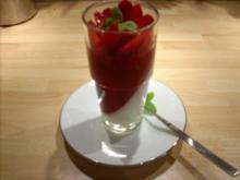 Zweifarbige Panna Cotta auf Erdbeercarpaccio - Rezept
