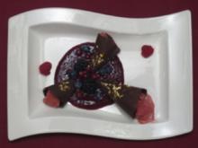 Goldene Schokoladenhütchen gefüllt mit Amarenaeis auf Fruchtspiegel - Rezept