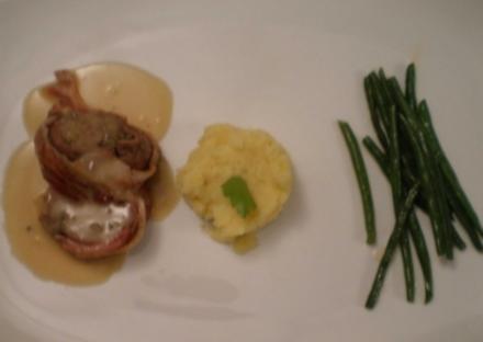Kalbsroulade im Speckmantel an Kartoffelpüree, grünen Bohnen und Weißweinsoße - Rezept