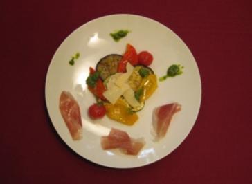 Mediterraner Gemüsesalat mit Parmesanhobeln und Parmaschinken - Rezept