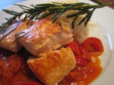 Lachsfilet auf asiatischer Paprika-Tomaten-Sauce mit Reis - Rezept