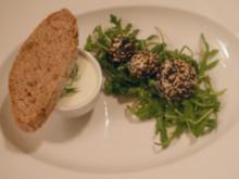 Lachsbällchen in Gurkensuppe, dazu Walnussbrot - Rezept