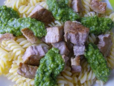 Bärlauchpesto umspielt Fusilli - Nudeln und Schweinefiletstückchen - Rezept