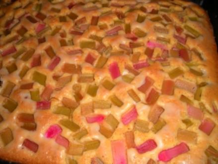 Saftiger Rhabarberkuchen mit Mascarponesahne - Rezept