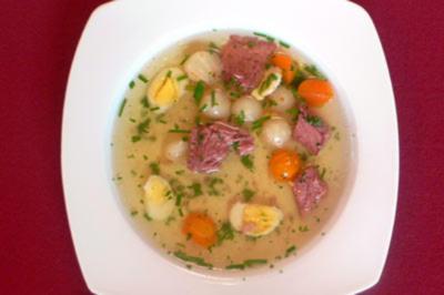 Rinderbrühe mit Gemüseperlen, Wachtelei und Blattgold - Rezept