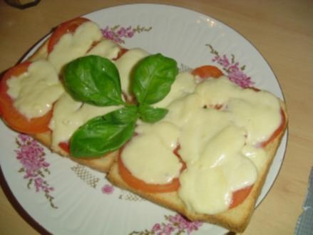 Überbackenes Toast mit Tomate und Mozarella - Rezept