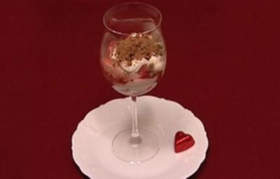 Der Schneeleopard im Erdbeerfeld - Schichtdessert mit Erdbeeren (Thomas und Helene Enns) - Rezept