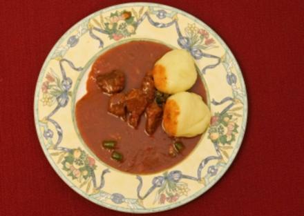 Ungarisches Gulasch mit Kartoffelklößen (Dolly Buster und Helena Dvorak) - Rezept