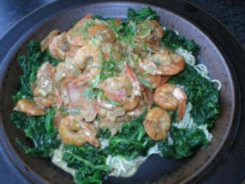 Asianudeln mit Tofu, Garnelen und Spinat - Rezept