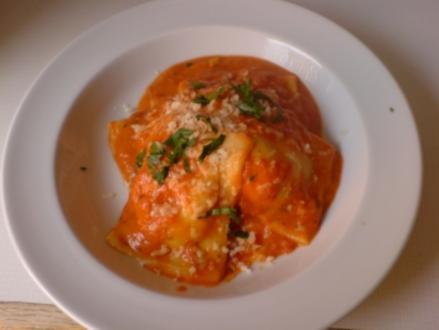 selbstgemachte Ravioli in Tomatensauce - Rezept