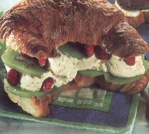 dessert gefùllte croissant mit eis - Rezept