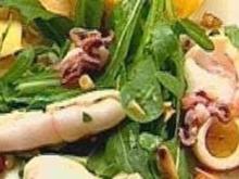 Rucolasalat mit gegrilltem Tintenfisch und Pinienkern-Limonendressing - Rezept