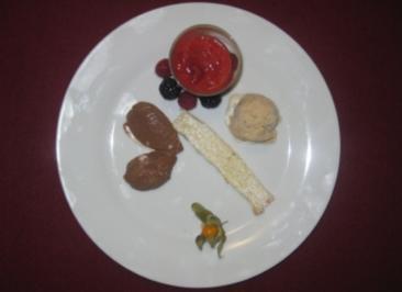 Tonkabohneneis, Schokoladenmousse und Himbeersüppchen - Rezept