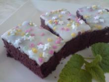 Schokoladenkuchen mit weißen Guss und bunten Streuseln - Rezept