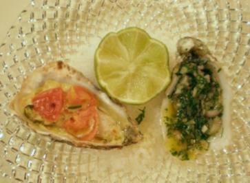 Auster mit Tomaten-Knoblauch gratiniert und roh mit Kerbel-Schalottenvinaigrette - Rezept