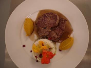 Kalbsmedaillons mit Möhrencreme auf einem Spiegel vom Granatapfelsirup, dazu Linsenreis mit Datteln und Rosinen - Rezept