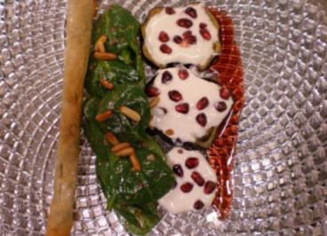 Salat mit Fleischzigarillo dazu Auberginen an Tahinjoghurt und Granatäpfeln - Rezept