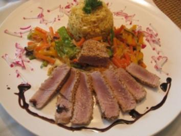 Tranchen vom Thunfischsteak im Sesammantel an Wokgemüse & Curry - Chilireis - Rezept