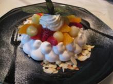Marinierter Salat von Erdbeeren, Melone & Orange in der Baiseschale - Rezept