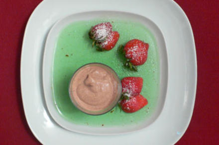 Dialog an scharfem Wackelpeter, süßen Früchten und Eis - Rezept
