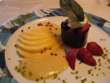 Erdbeer-Minzsalat im Schokoladenring an frischem Mangofächer & Orangen - Pfeffersauce - Rezept