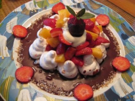 gefüllte Baiseschale mit Ananas - Erdbeersalat & Ingwerschokoladensoße - Rezept