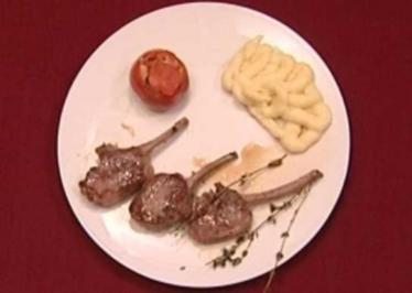 Lammkoteletts mit Kartoffelpüree und gefüllten Tomaten (Tatiani Katrantzi) - Rezept