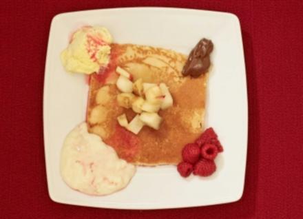 Pfannkuchen mit Eis, gebratenem Obst, Honig und heißen Himbeeren (Oli P.) - Rezept