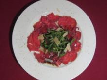 Carpaccio vom Rind an Balsamico und Parmesan mit Rucolastreifen - Rezept