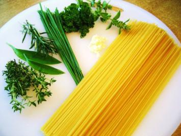 Spaghetti mit frisch gehackten Kräutern ... - Rezept