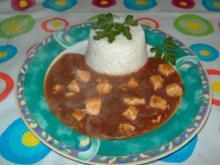 Pikantes Paprika-Hähnchen-Gulasch an Reis-Türmchen - Rezept