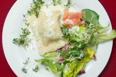 Selbst gemachte Maultaschen auf Salat an Joghurt-Limonendressing - Rezept - Bild Nr. 8
