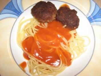 Spaghetti mit Tomatensoße und Frikadellen - Rezept
