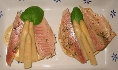 Rezept: Bruschetta mit Spargelbutter und Räucherforelle