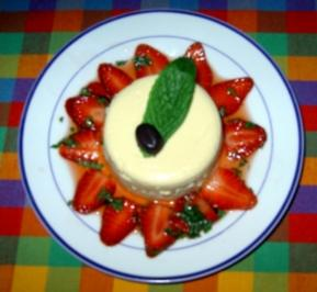 Karamell-Panna-Cotta mit marinierten Erdbeeren - Rezept