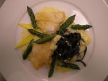 Seeteufel im Parmesanmantel an Sepianudeln mit grünem Spargel und Mangorahmsoße - Rezept