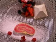 Biskuitrolle mit Himbeer-Sahnecreme an Holunderblüten-Quarkmousse und Balsamicobeeren - Rezept