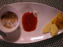Indische Crème brûlée, dazu frisches Obst auf einem Rhabarber-Erdbeer-Soßenspiegel - Rezept