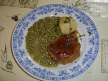 Kräuterhacksteak mit Knoblaucherbsen und Salzkartoffeln - Rezept
