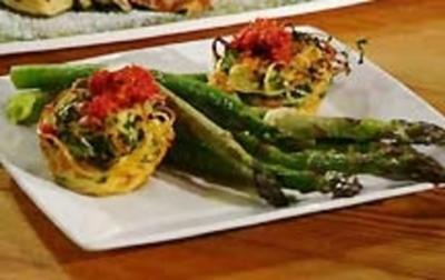 Rezept: Nudelnester, gebratener grüner Spargel und Tomatenpesto
