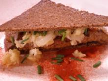 Kalbsleber auf Schwarzbrot mit geschmorten Apfelstücken und Zwiebeln - Rezept