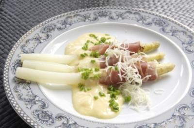 Rezept: Spargel mit Rohschinken dazu Sauce Hollandaise und Meerrettich