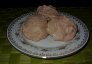 Rezept: Joghurt-Sahne-Mousse Birne-Mandel-Eis