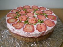 Erfrischende Erdbeer Torte mit Sauerrahm - Rezept